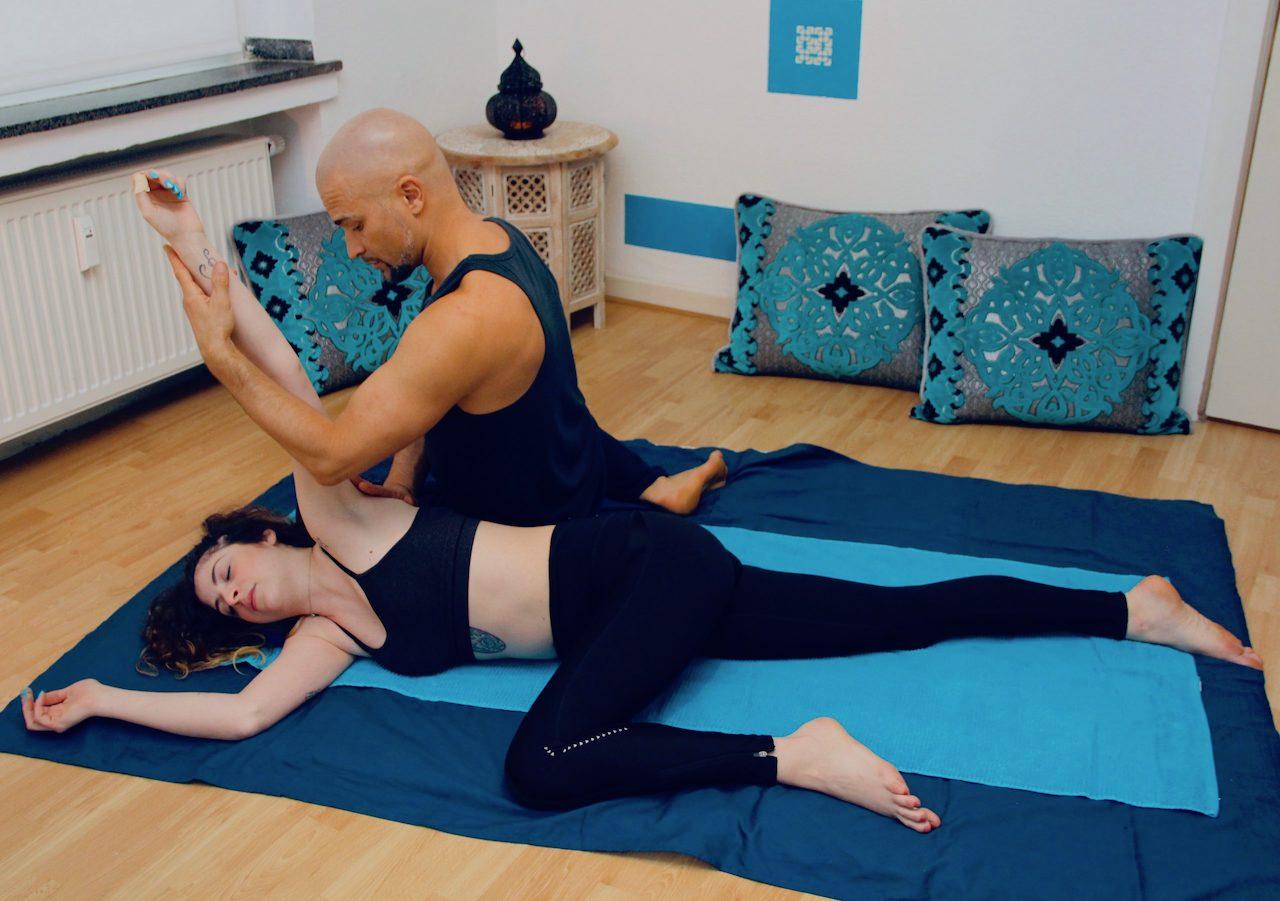 Energetische Massage auf einer Matte