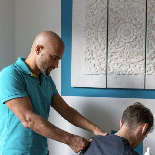 Schmerztherapie, Osteopressur am Schulterblatt, manuelle Behandlung